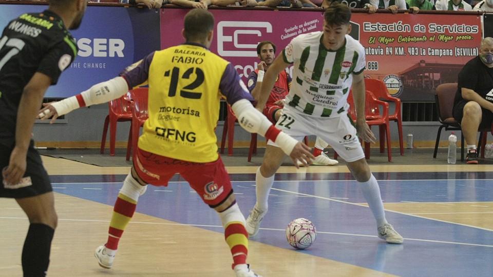 Ricardo, jugador del Córdoba Patrimonio, ante Fabio, del Palma Futsal.