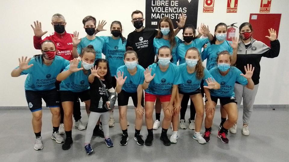 Pepe Capelán posa junto al equipo femenino de la Academia Red Blue 5 Coruña.