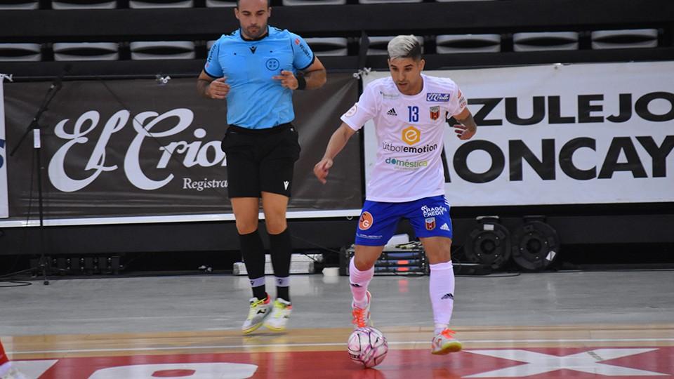 Claudino, jugador de Fútbol Emotion Zaragoza, conduce el balón.