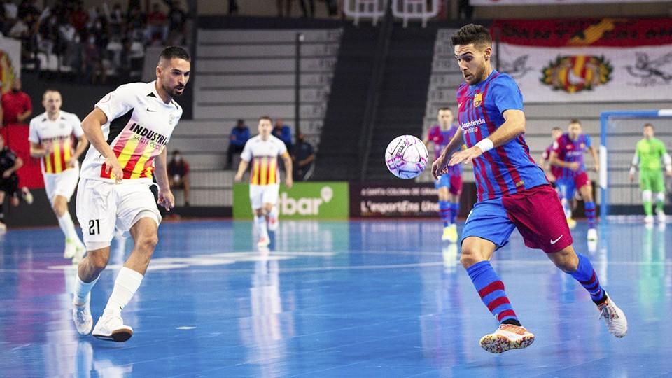 Adolfo, jugador del Barça, ante Álex Verdejo, de Industrias Santa Coloma.
