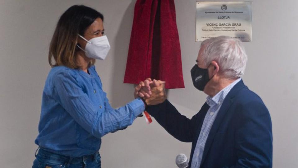 La alcaldesa de Santa Coloma,Núria Parlon saluda a Vicenç Garcia, presidente de Industrias Santa Coloma, después del descubrimiento de la placa conmemorativa.