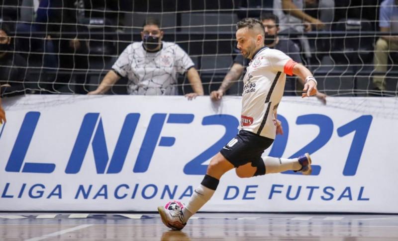 Deives, jugador de Corinthians, durante un partido de la LNFS 2021