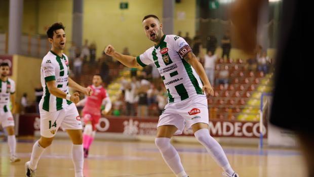 Manu Leal, jugador del Córdoba Patrimonio de la Humanidad, celebra un gol.
